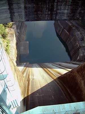 佐久間ダムのゲートを見下ろす