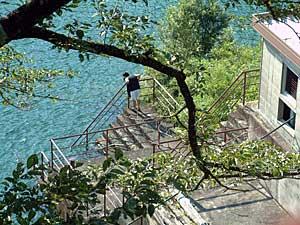佐久間ダム湖面に迫る